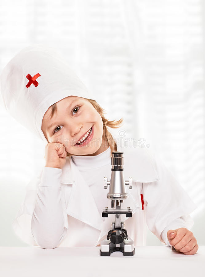 Menino do microscópio foto de stock
