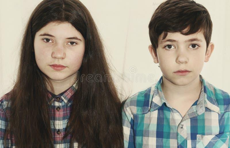 Menino do preteen dos irmãos e menina do adolescente imagens de stock