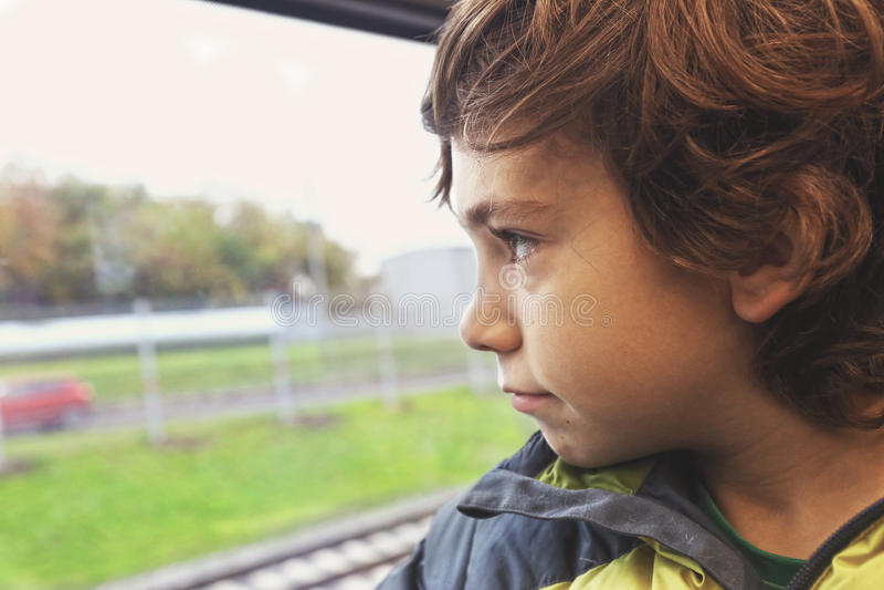 Menino do Preteen no olhar do trem na janela foto de stock royalty free