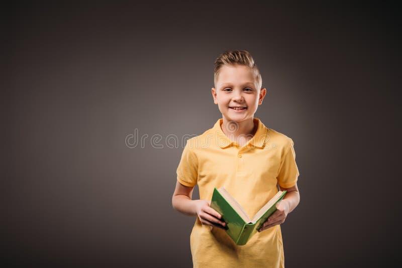 menino do preteen que guarda o livro, isolado fotografia de stock royalty free