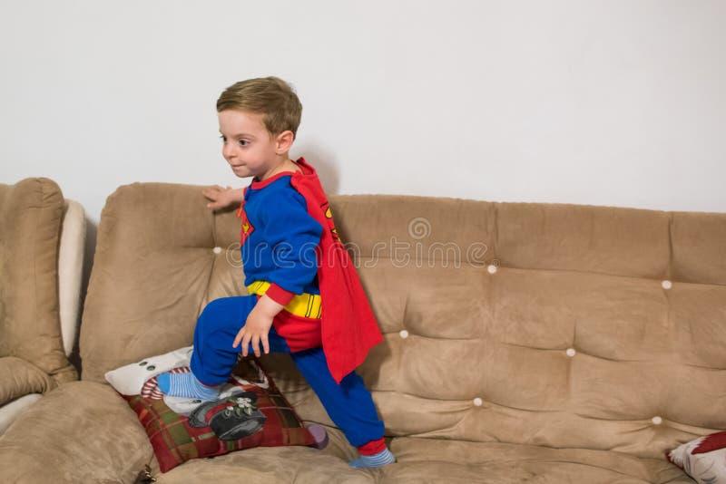Menino do super-her?i Criança do traje do superman foto de stock royalty free