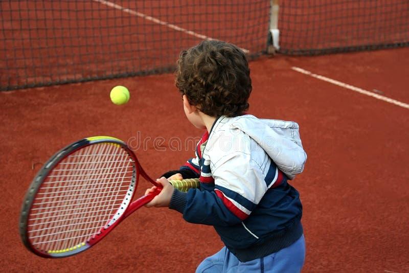 Menino do tênis fotos de stock