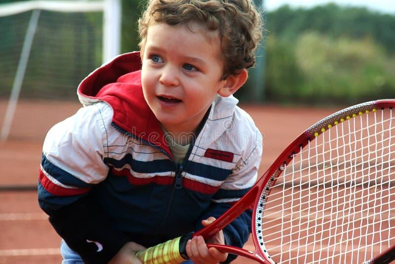 Menino do tênis foto de stock