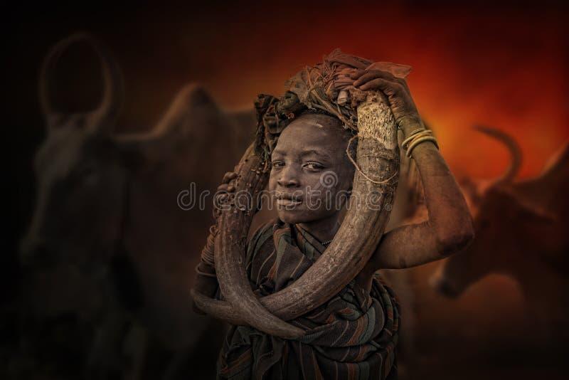 Menino do tribo africano Mursi, Etiópia fotografia de stock