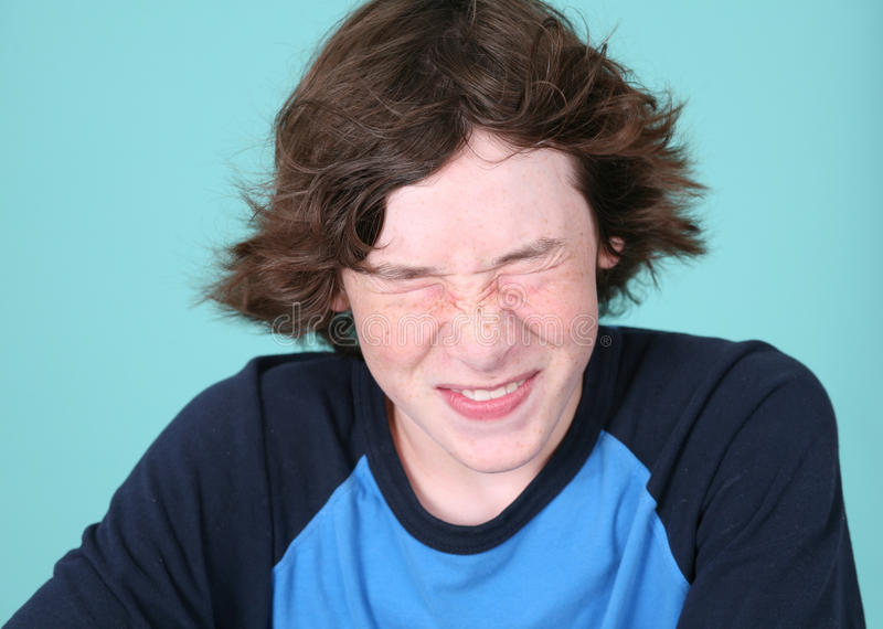 Menino do Tween que faz uma face fotografia de stock