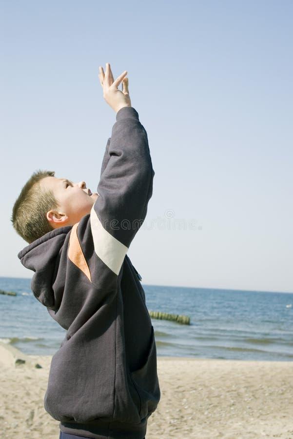 Menino do voleibol na praia. imagens de stock royalty free