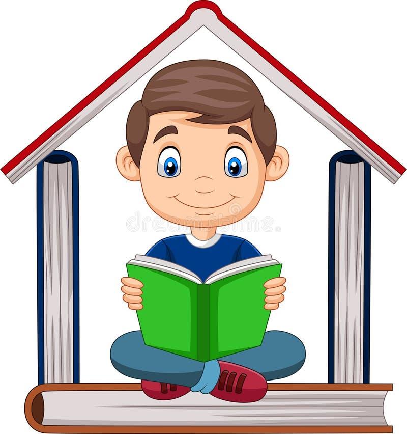 Menino dos desenhos animados que lê um livro com a pilha dos livros que formam uma casa ilustração do vetor