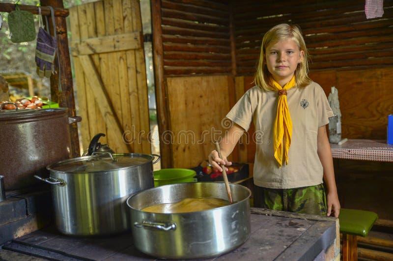 Menino e escuteiras checos durante seu acampamento de verão Os escuteiros checos ficam geralmente nas barracas por 2 ou 3 semanas imagem de stock royalty free