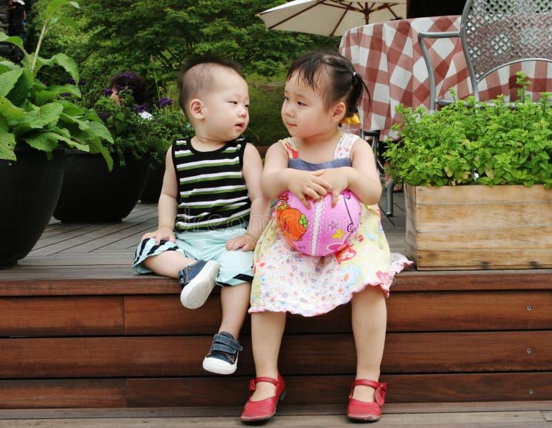 Menino e menina asiáticos fotos de stock