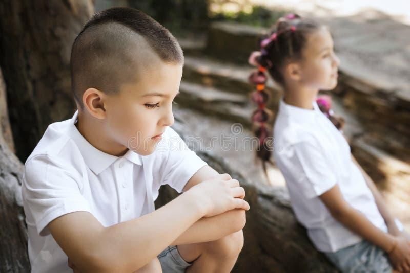 Menino e menina da virada pela árvore fotos de stock royalty free