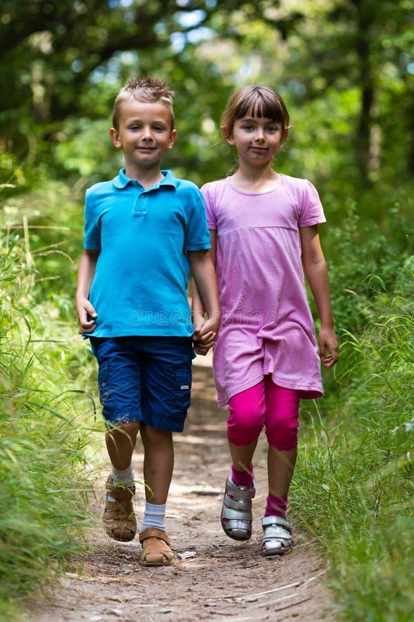 Menino e menina de passeio imagem de stock royalty free