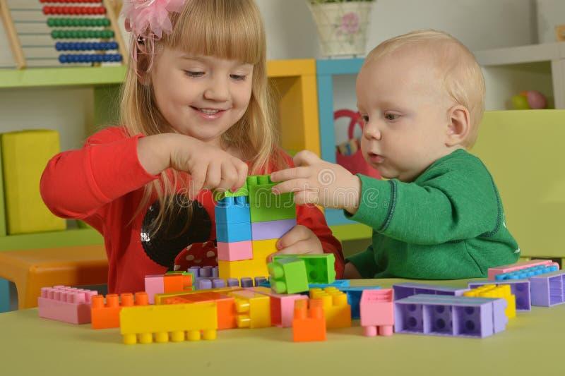 Menino e menina do jogo com cubos foto de stock royalty free