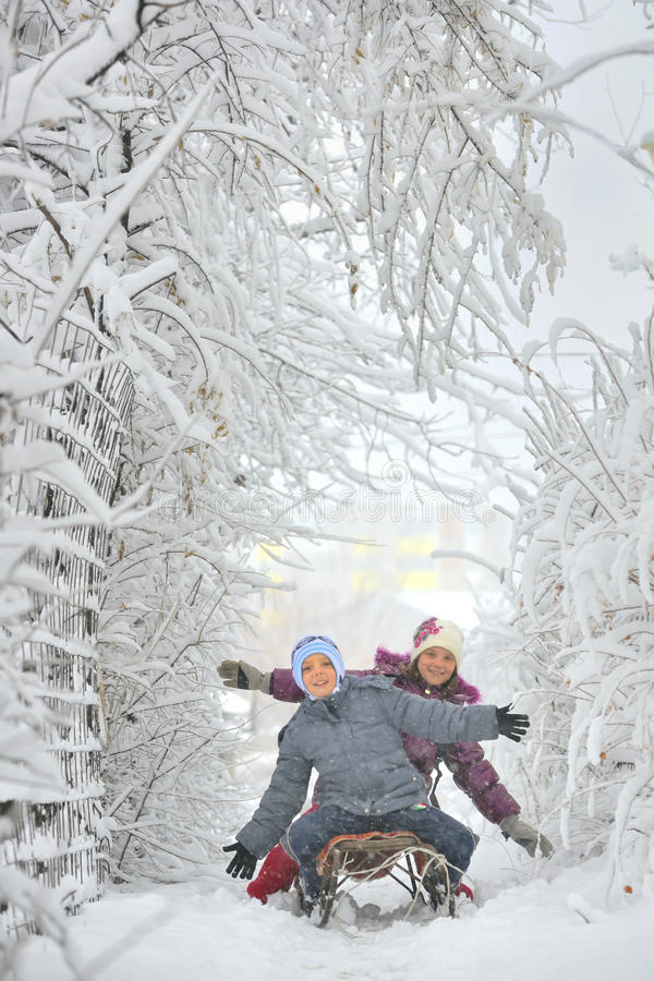 Menino e menina em sledging imagens de stock royalty free