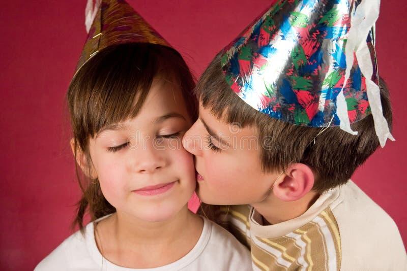 Menino e menina em tampões do Natal fotos de stock royalty free