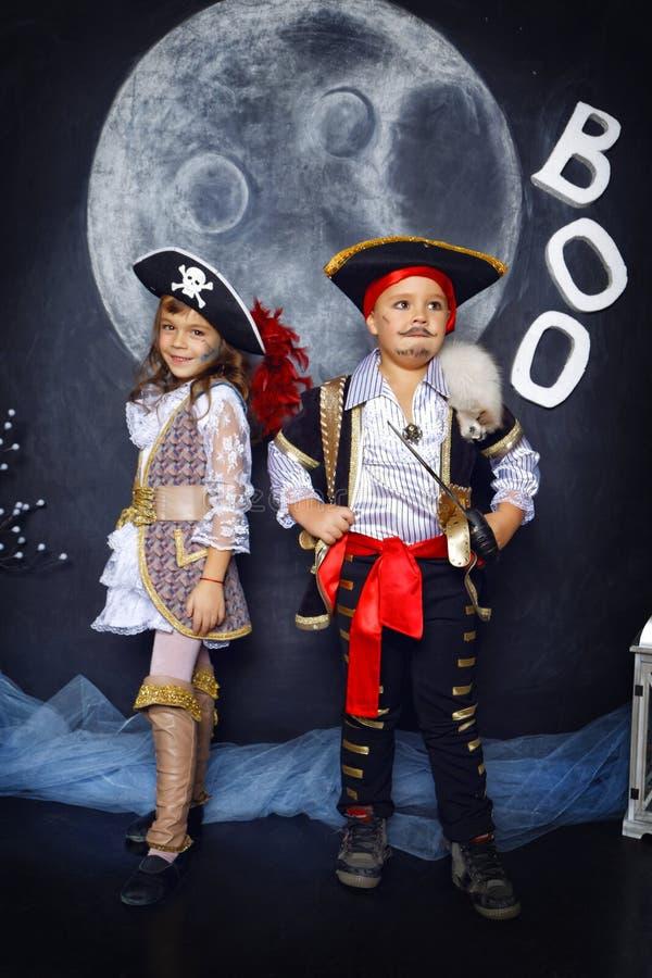 Menino e menina em trajes do pirata Conceito de Halloween imagem de stock