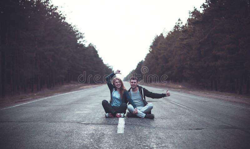 Menino e menina em uma estrada fotografia de stock royalty free