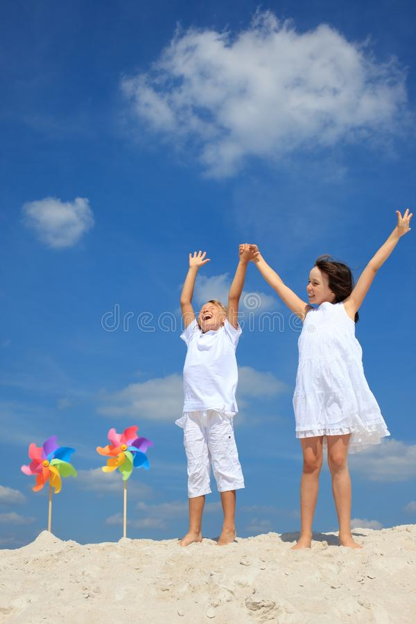 Menino e menina felizes na praia fotografia de stock royalty free