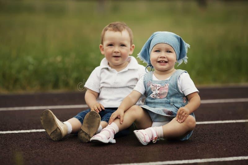 Menino e menina felizes pequenos imagem de stock