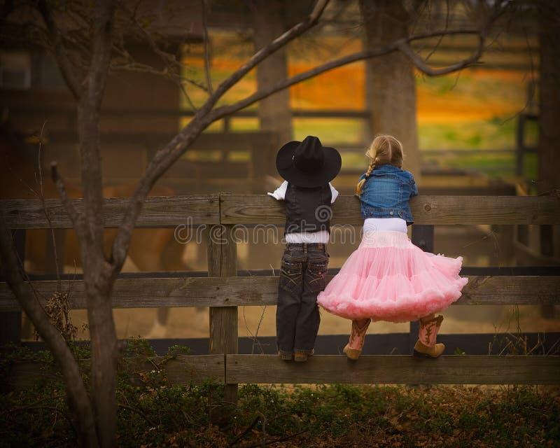 Menino e menina na cerca fotografia de stock