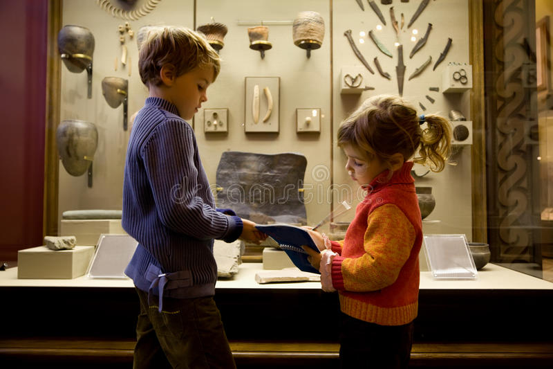 Menino e menina na excursão no museu histórico foto de stock