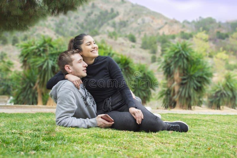 Menino e menina novos no park_7 fotografia de stock