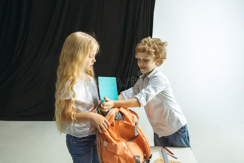 Menino e menina que preparam-se para a escola após uma ruptura de verão longa De volta ? escola fotografia de stock royalty free