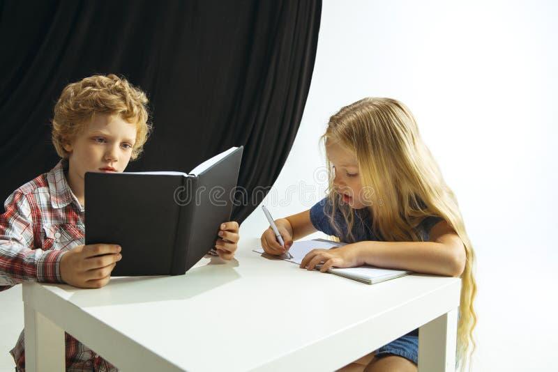 Menino e menina que preparam-se para a escola após uma ruptura de verão longa De volta ? escola imagens de stock royalty free
