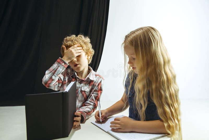 Menino e menina que preparam-se para a escola após uma ruptura de verão longa De volta ? escola fotos de stock royalty free