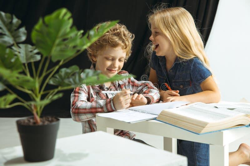 Menino e menina que preparam-se para a escola após uma ruptura de verão longa De volta ? escola fotos de stock