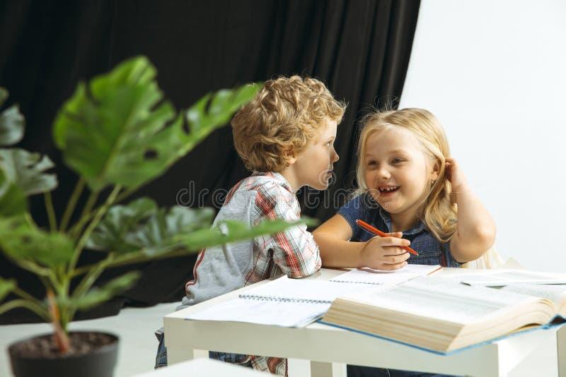 Menino e menina que preparam-se para a escola após uma ruptura de verão longa De volta ? escola imagens de stock