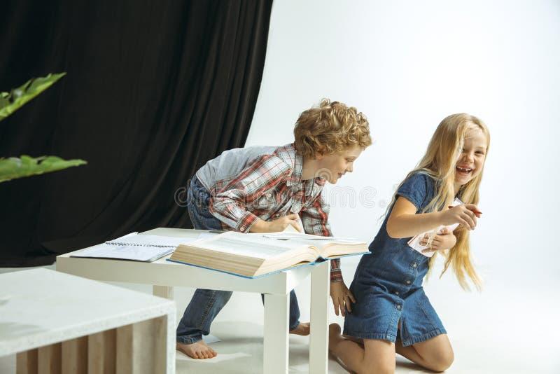 Menino e menina que preparam-se para a escola após uma ruptura de verão longa De volta ? escola imagem de stock royalty free