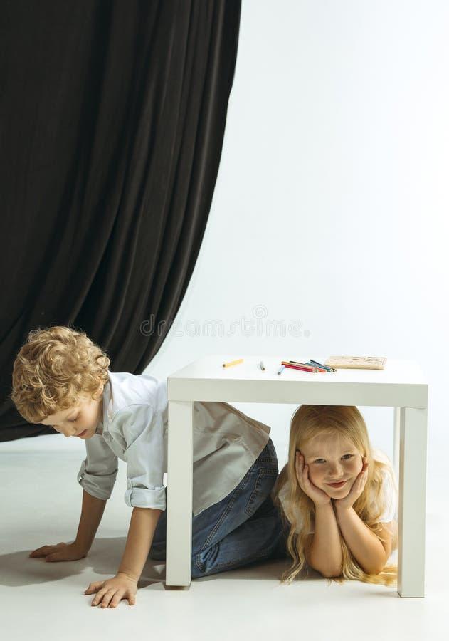 Menino e menina que preparam-se para a escola após uma ruptura de verão longa De volta ? escola foto de stock royalty free