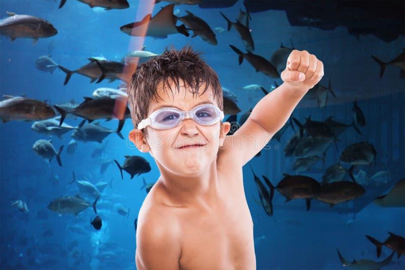 Menino e os peixes foto de stock royalty free