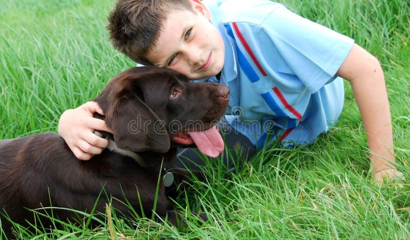 Menino e seu cão imagem de stock royalty free
