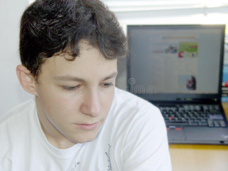 Menino e seu portátil imagem de stock