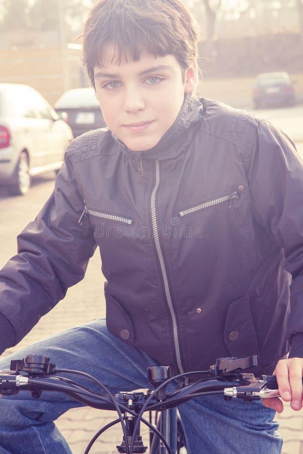 Menino e sua bicicleta imagens de stock