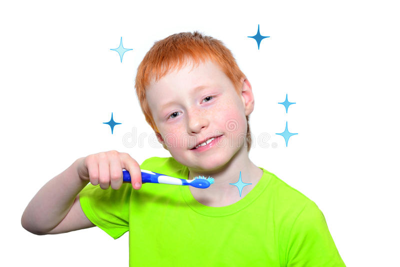 Menino e uma escova de dentes foto de stock royalty free