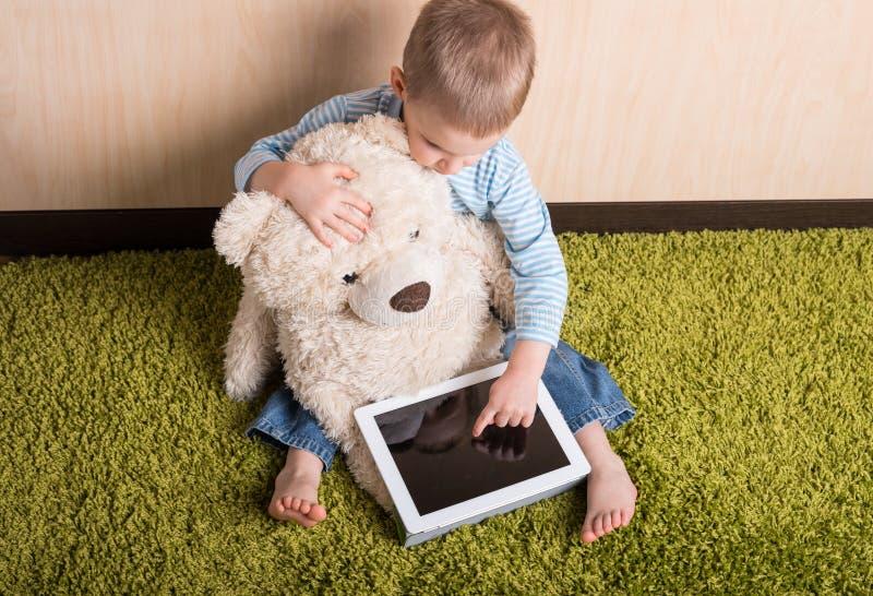 Menino e urso de peluche fotografia de stock