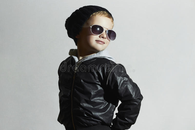 Menino elegante da criança nos óculos de sol foto de stock