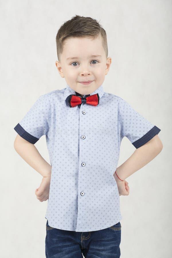 Menino elegante em um t-shirt branco e em suspensórios foto de stock royalty free