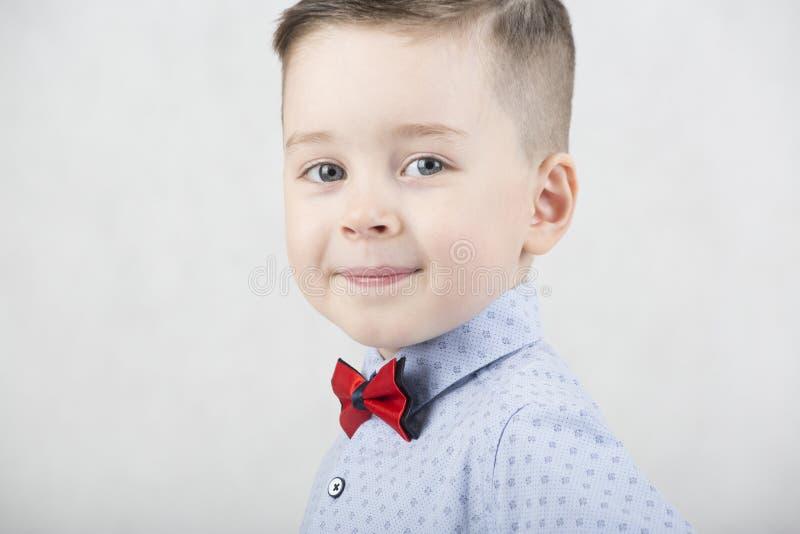 Menino elegante em um t-shirt branco e em suspensórios fotos de stock