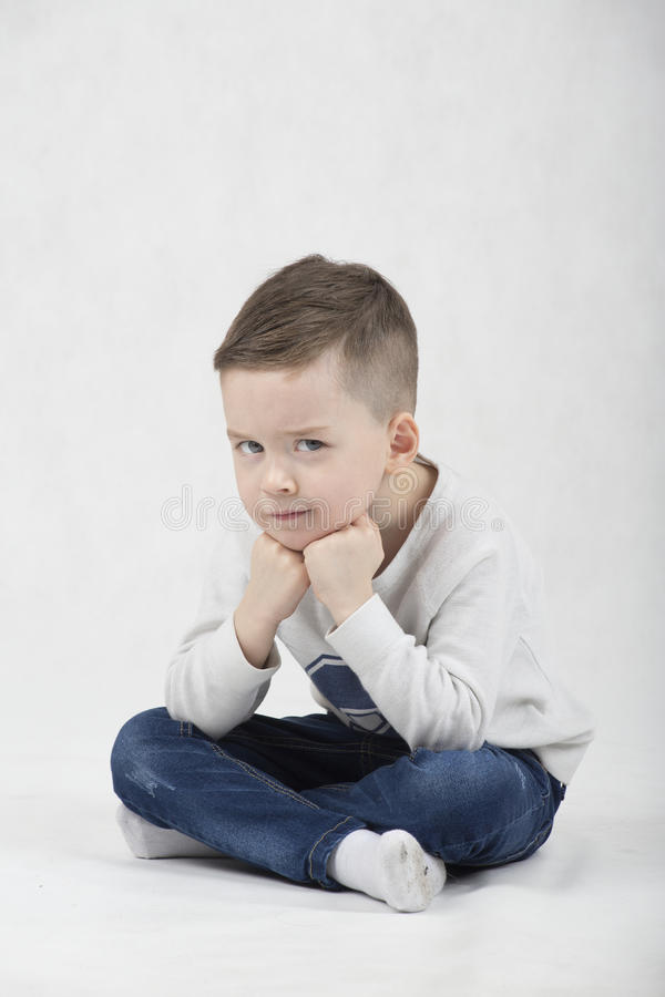 Menino elegante em um t-shirt branco e em suspensórios foto de stock