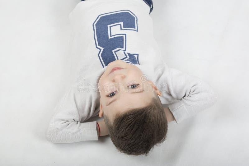 Menino elegante em um t-shirt branco e em suspensórios imagens de stock royalty free