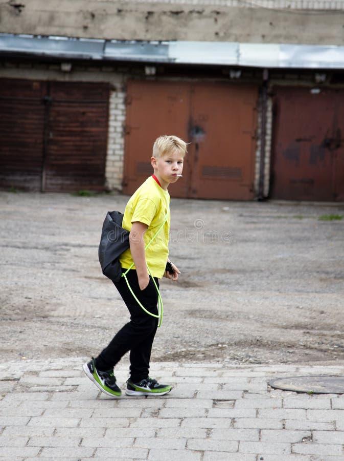 Menino elegante no amarelo fotografia de stock royalty free