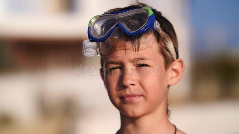 Menino em óculos de proteção nadadores na praia fotos de stock