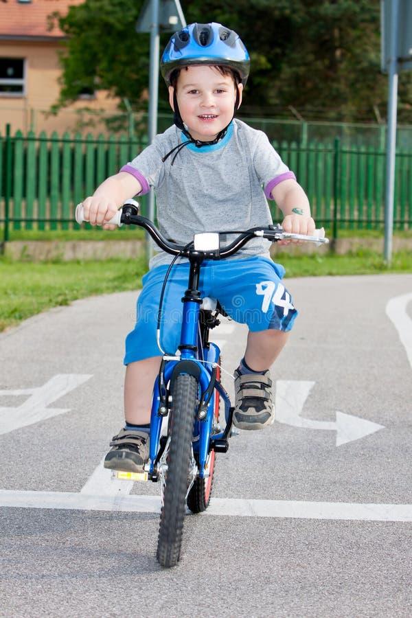 Menino em bicycling fotografia de stock