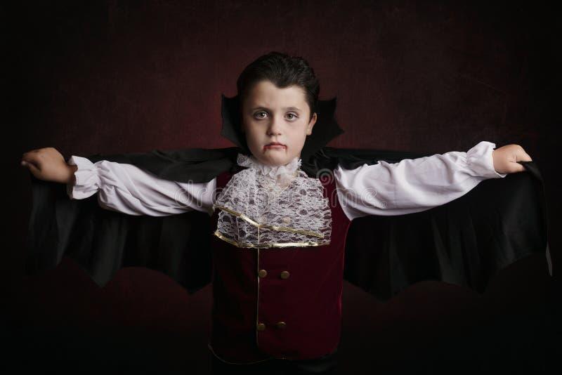 Menino em Halloween Menino vestido como um vampiro fotos de stock royalty free
