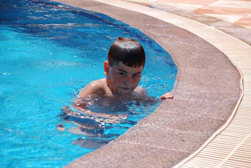 Menino em nadar na associação imagem de stock