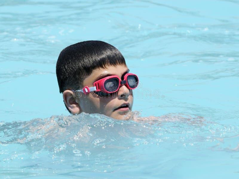 Menino em nadar na associação foto de stock