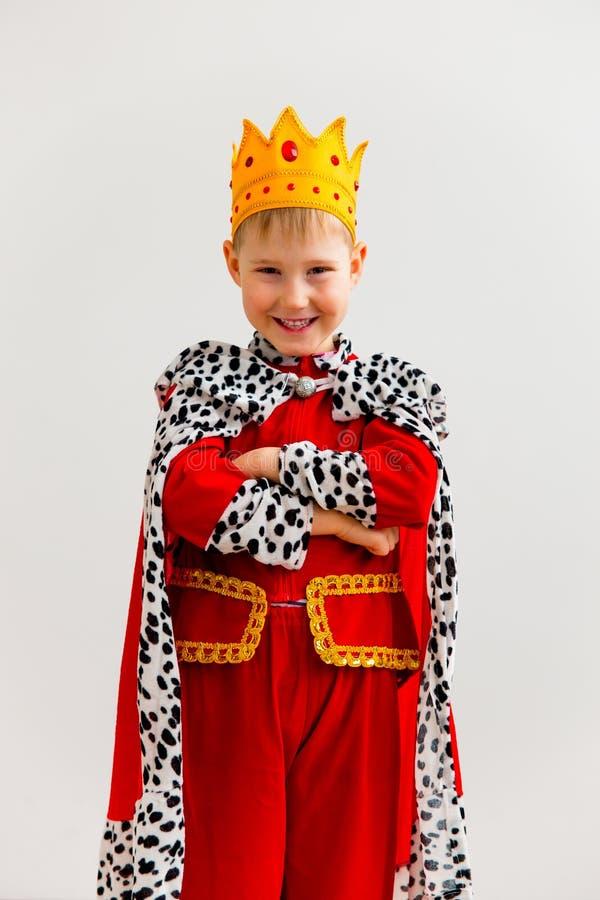 Menino em um traje do rei fotos de stock royalty free